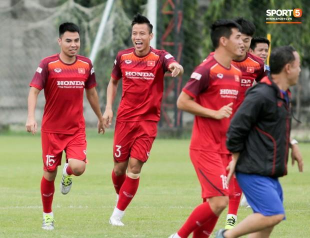Văn Toàn đuổi đồng đội trong trò chơi cực dễ gây mất tình anh em ở tuyển Việt Nam - Ảnh 10.