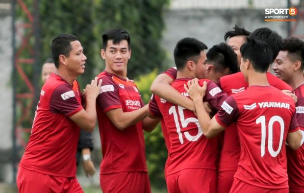 Văn Toàn đuổi đồng đội trong trò chơi cực dễ gây mất tình anh em ở tuyển Việt Nam - Ảnh 6.
