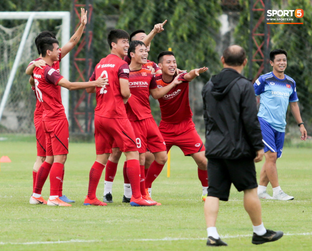 Văn Toàn đuổi đồng đội trong trò chơi cực dễ gây mất tình anh em ở tuyển Việt Nam - Ảnh 8.