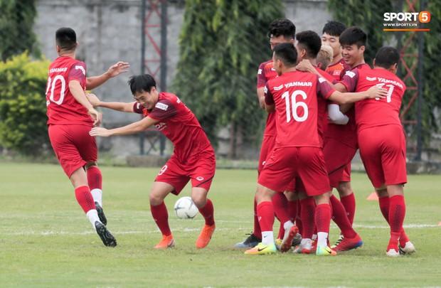 Văn Toàn đuổi đồng đội trong trò chơi cực dễ gây mất tình anh em ở tuyển Việt Nam - Ảnh 5.