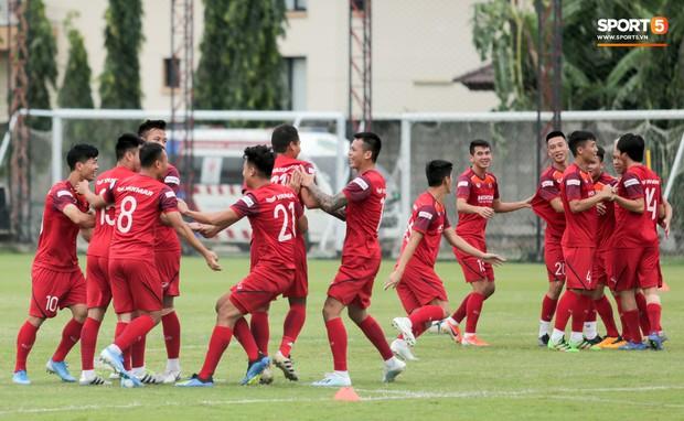 Văn Toàn đuổi đồng đội trong trò chơi cực dễ gây mất tình anh em ở tuyển Việt Nam - Ảnh 1.