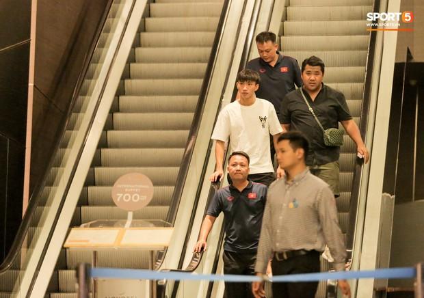 Đoàn Văn Hậu vẫy tay chào fan sau khi được kiểm tra sức khoẻ ngay tại khách sạn - Ảnh 2.