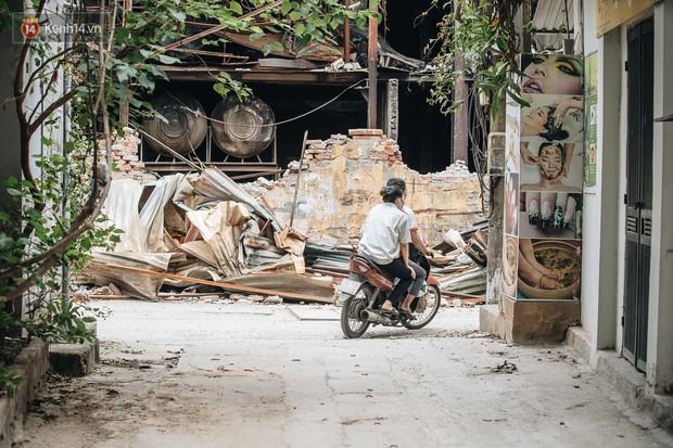 Một tuần sau vụ cháy kho Rạng Đông: Người dân sống cùng khẩu trang nhưng chợ cóc, quán ăn vẫn tấp nập như trước - Ảnh 1.