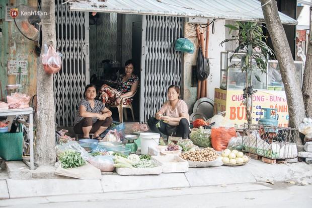 Một tuần sau vụ cháy kho Rạng Đông: Người dân sống cùng khẩu trang nhưng chợ cóc, quán ăn vẫn tấp nập như trước - Ảnh 7.
