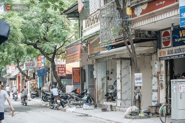 Một tuần sau vụ cháy kho Rạng Đông: Người dân sống cùng khẩu trang nhưng chợ cóc, quán ăn vẫn tấp nập như trước - Ảnh 13.