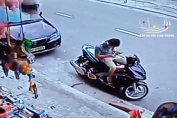 Clip: Ngồi nạp thẻ điện thoại trên xe máy đỗ ven đường, nam thanh niên bị ô tô tông mạnh từ phía sau - Ảnh 2.