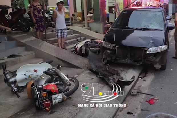 Clip: Ngồi nạp thẻ điện thoại trên xe máy đỗ ven đường, nam thanh niên bị ô tô tông mạnh từ phía sau - Ảnh 3.