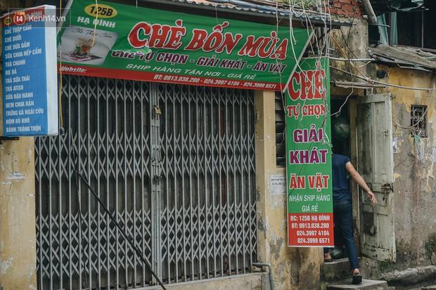 Một tuần sau vụ cháy kho Rạng Đông: Người dân sống cùng khẩu trang nhưng chợ cóc, quán ăn vẫn tấp nập như trước - Ảnh 11.