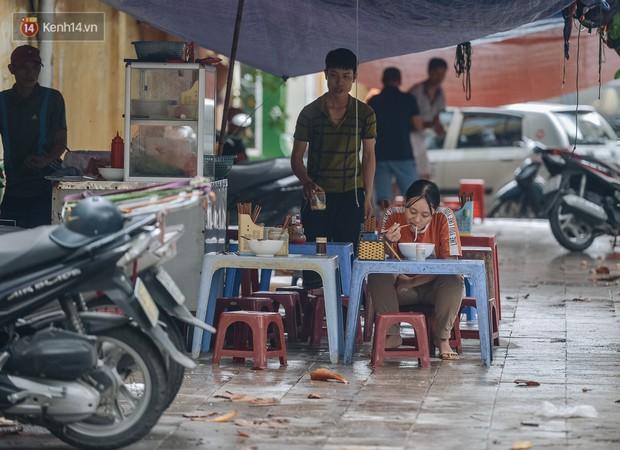 Một tuần sau vụ cháy kho Rạng Đông: Người dân sống cùng khẩu trang nhưng chợ cóc, quán ăn vẫn tấp nập như trước - Ảnh 4.