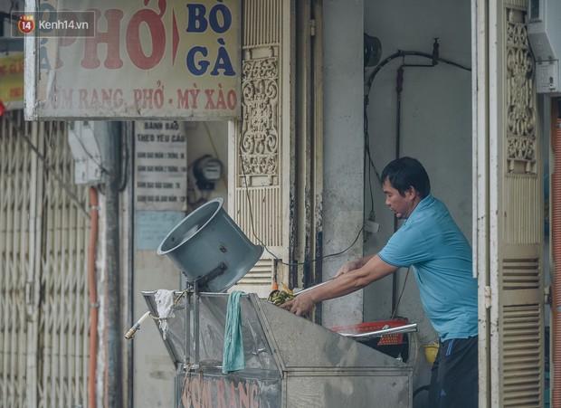 Một tuần sau vụ cháy kho Rạng Đông: Người dân sống cùng khẩu trang nhưng chợ cóc, quán ăn vẫn tấp nập như trước - Ảnh 5.