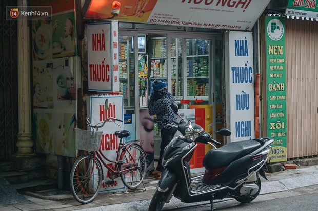Một tuần sau vụ cháy kho Rạng Đông: Người dân sống cùng khẩu trang nhưng chợ cóc, quán ăn vẫn tấp nập như trước - Ảnh 12.