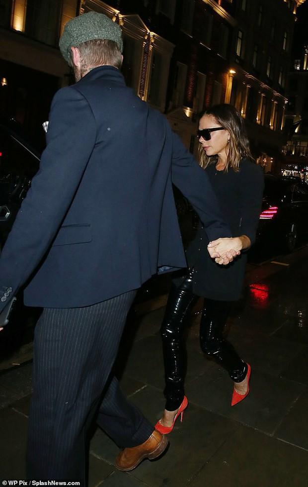 Giữa ồn ào ly hôn, David Beckham làm rõ mối quan hệ với vợ qua một cử chỉ quen thuộc suốt 20 năm - Ảnh 1.