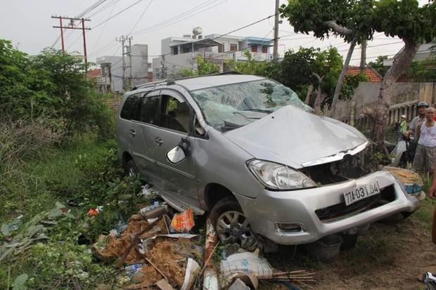Clip: Tàu hỏa húc văng ô tô ở Phú Yên, nam tài xế thoát chết thần kỳ - Ảnh 2.