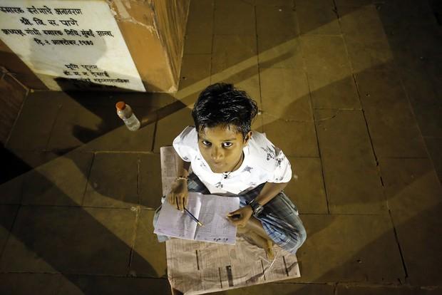 Lớp học ngoài đường ở Mumbai: Mảng tối tại thành phố thịnh vượng bậc nhất Ấn Độ và sự thích nghi đầy cảm phục của trẻ em nghèo hiếu học - Ảnh 5.