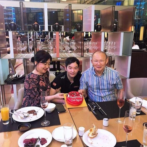 Con trai thầy Park tổ chức sinh nhật sớm cho bố, fan ngã ngửa về ngày sinh thật sự của HLV trưởng ĐT Việt Nam - Ảnh 1.