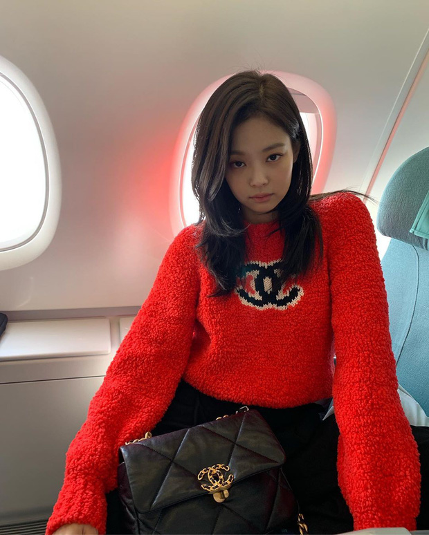 Lần đầu Jennie (BLACKPINK) đăng ảnh tạo dáng nhí nhảnh trên máy bay và ẵm ngay gần 3 triệu like, có ai đẳng cấp được như vậy không? - Ảnh 4.