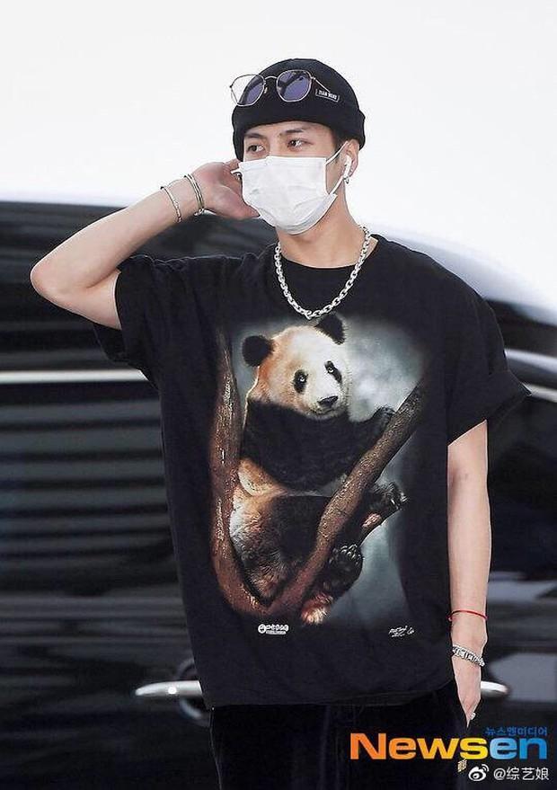 Lụa đẹp vì người: Jackson (GOT7) diện áo phông lưu niệm bán ở sở thú mà trông xịn sò như đồ hiệu - Ảnh 1.