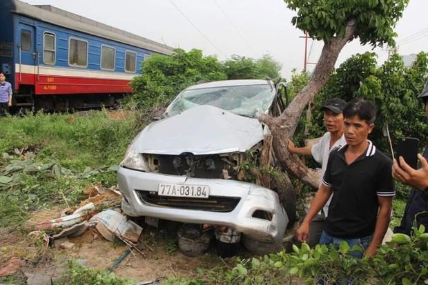 Clip: Tàu hỏa húc văng ô tô ở Phú Yên, nam tài xế thoát chết thần kỳ - Ảnh 3.