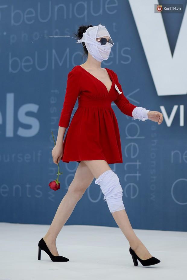 Next Top Model: Thí sinh băng bó, trùm đầu, tặng nước mắm cho Mâu Thủy để... bớt nhạt! - Ảnh 6.