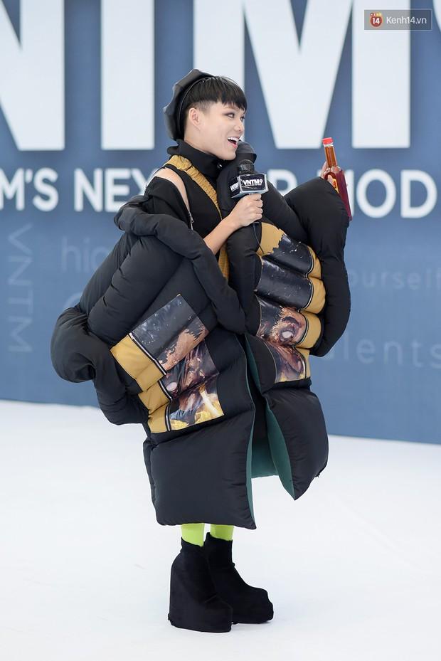 Next Top Model: Thí sinh băng bó, trùm đầu, tặng nước mắm cho Mâu Thủy để... bớt nhạt! - Ảnh 4.