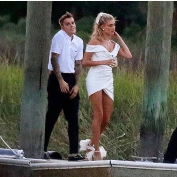 Justin Bieber và Hailey di chuyển đến địa điểm cưới: Cô dâu diện váy trắng, chú rể lột xác nhưng vẫn nhắng nhít trêu vợ - Ảnh 1.