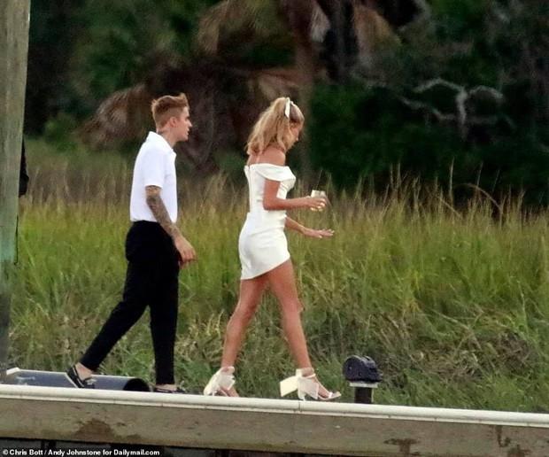 Justin Bieber và Hailey di chuyển đến địa điểm cưới: Cô dâu diện váy trắng, chú rể lột xác nhưng vẫn nhắng nhít trêu vợ - Ảnh 2.