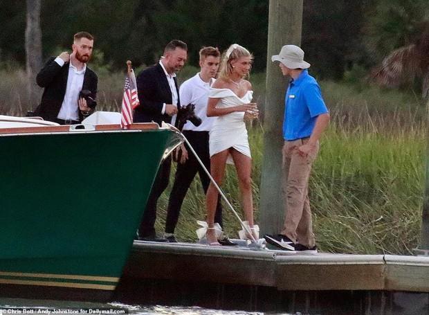 Justin Bieber và Hailey di chuyển đến địa điểm cưới: Cô dâu diện váy trắng, chú rể lột xác nhưng vẫn nhắng nhít trêu vợ - Ảnh 4.