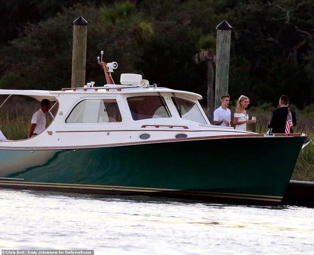 Justin Bieber và Hailey di chuyển đến địa điểm cưới: Cô dâu diện váy trắng, chú rể lột xác nhưng vẫn nhắng nhít trêu vợ - Ảnh 7.