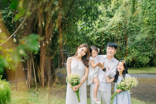 Khoe tổ ấm hạnh phúc bên Hồ Hoài Anh và 2 con gái, nhan sắc hậu dao kéo của Lưu Hương Giang mới gây chú ý - Ảnh 1.