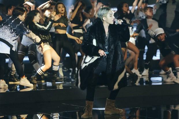 Netizen rần rần phát hiện Sơn Tùng M-TP bị lủng quần, biểu cảm khó đỡ vì quá sung trên sân khấu - Ảnh 3.