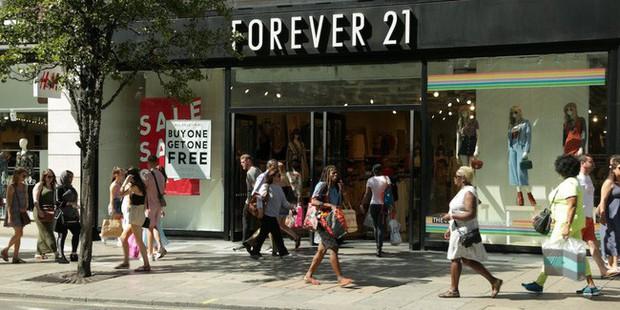 Hãng thời trang Forever 21 đệ đơn phá sản, dân tình rủ nhau tích tiền hốt hàng sale - Ảnh 1.