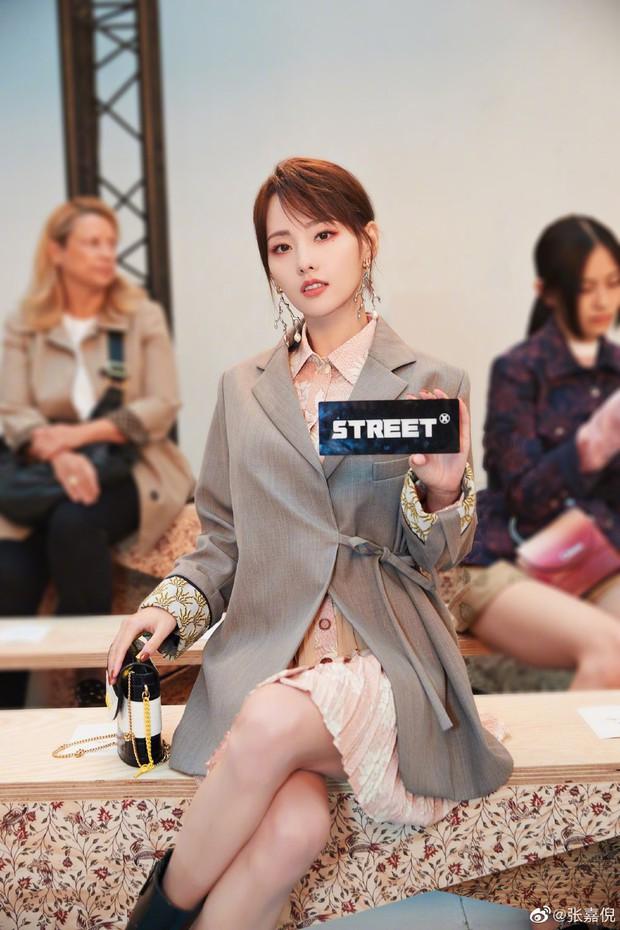 Trương Gia Nghê - nàng thơ châu Á tại Paris Fashion Week: Bánh bèo hay cool ngầu đều toát lên khí chất lu mờ vạn vật - Ảnh 1.