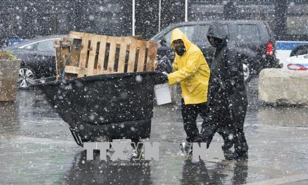 Tuyết rơi dầy đặc bất thường giữa mùa Thu ở miền Bắc nước Mỹ - Ảnh 1.