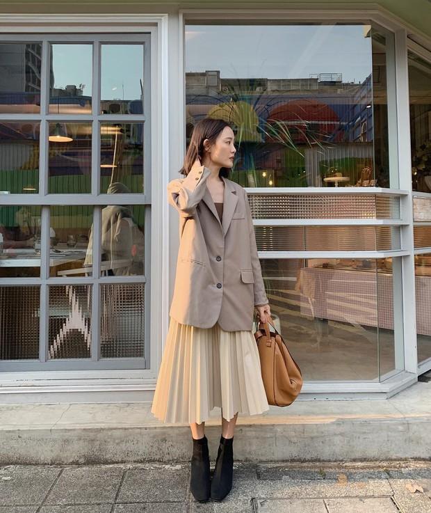 Chân váy midi dễ mặc thật đấy, nhưng trông bạn sẽ xinh tươi sành điệu nhất khi áp dụng 4 công thức sau - Ảnh 1.