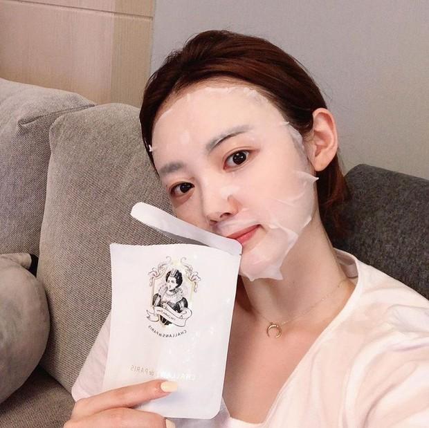 5 tips dùng mặt nạ giấy giúp nâng tầm nhan sắc toàn diện, trong đó đỉnh nhất là thủ thuật làm thon gọn gương mặt - Ảnh 2.