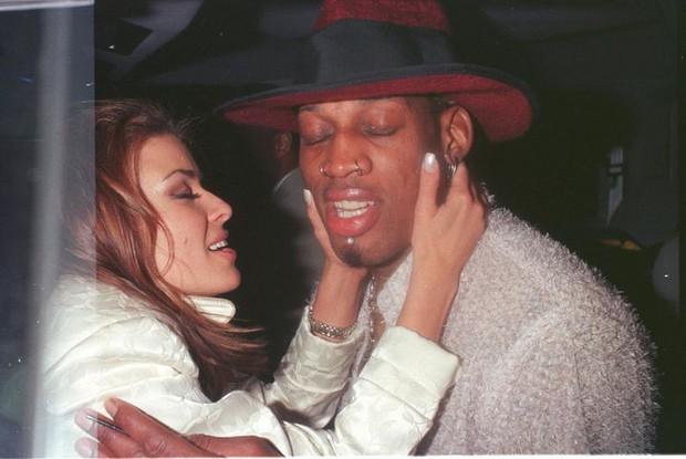 Những bóng hồng bốc lửa trong lịch sử tình trường của Dennis Rodman: Được Madonna cho tiền tấn để có con, cặp cả siêu mẫu Playboy - Ảnh 9.