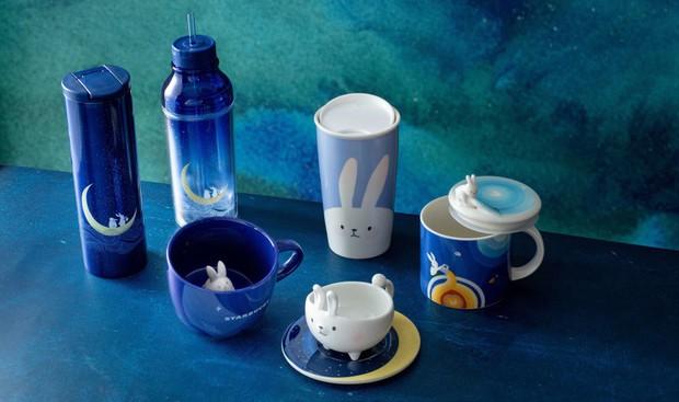 Trung thu đến, hãng cà phê của hội richkids trình làng bộ cốc uống mặt trăng và thỏ dễ cưng rụng tim - Ảnh 1.