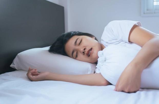 Nếu thấy 5 triệu chứng này xuất hiện trong khi ngủ nghĩa là sức khỏe của bạn không ổn chút nào - Ảnh 2.