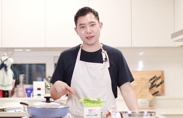 Đầu bếp fan cuồng Faker: Siêu đẹp trai, nổi tiếng Hàn Quốc vừa livestream làm hamburger cực đẹp mừng SKT vô địch LCK - Ảnh 2.