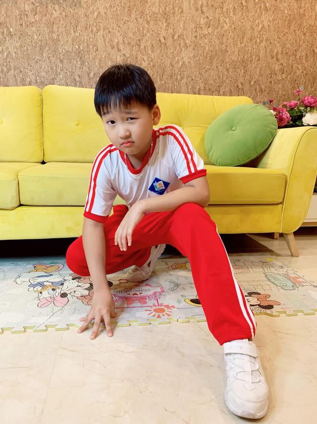 Tạo vài dáng sương sương cho mẹ chụp hình, con trai Bảo Thanh được khen hết lời vì thần thái chẳng khác gì mẫu nhí - Ảnh 1.