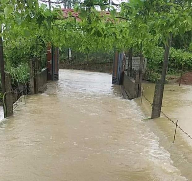 Áp thấp nhiệt đới dị thường trên Biển Đông đã suy yếu thành vùng thấp, vẫn đủ sức gây mưa rất to và lũ quét tại miền Trung - Ảnh 2.