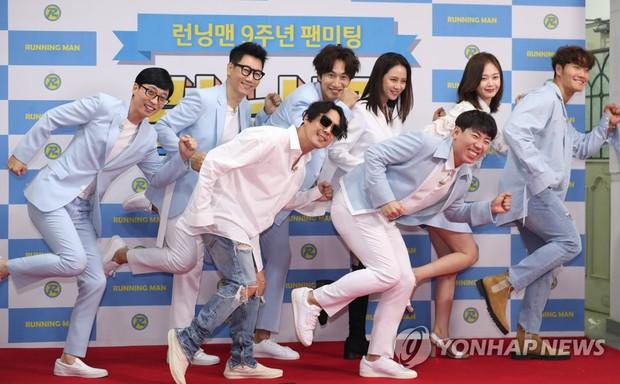 Kim Jong Kook khiến fan lo lắng khi không thể tự đi đứng tại fanmeeting của Running Man - Ảnh 1.