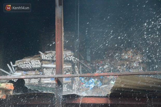 Toàn bộ nhà xưởng công ty phích nước Rạng Đông được quây kín bạt sau vụ cháy kinh hoàng - Ảnh 3.