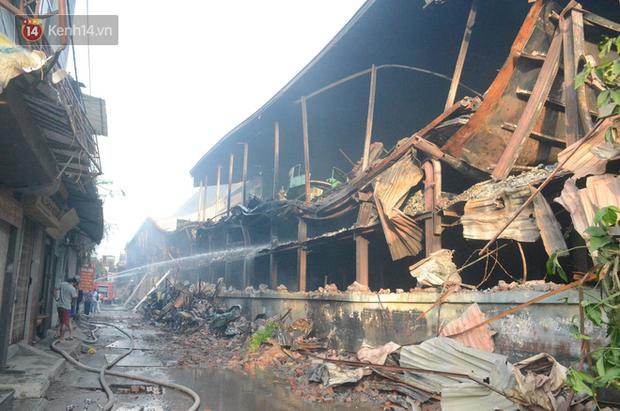 Toàn bộ nhà xưởng công ty phích nước Rạng Đông được quây kín bạt sau vụ cháy kinh hoàng - Ảnh 2.