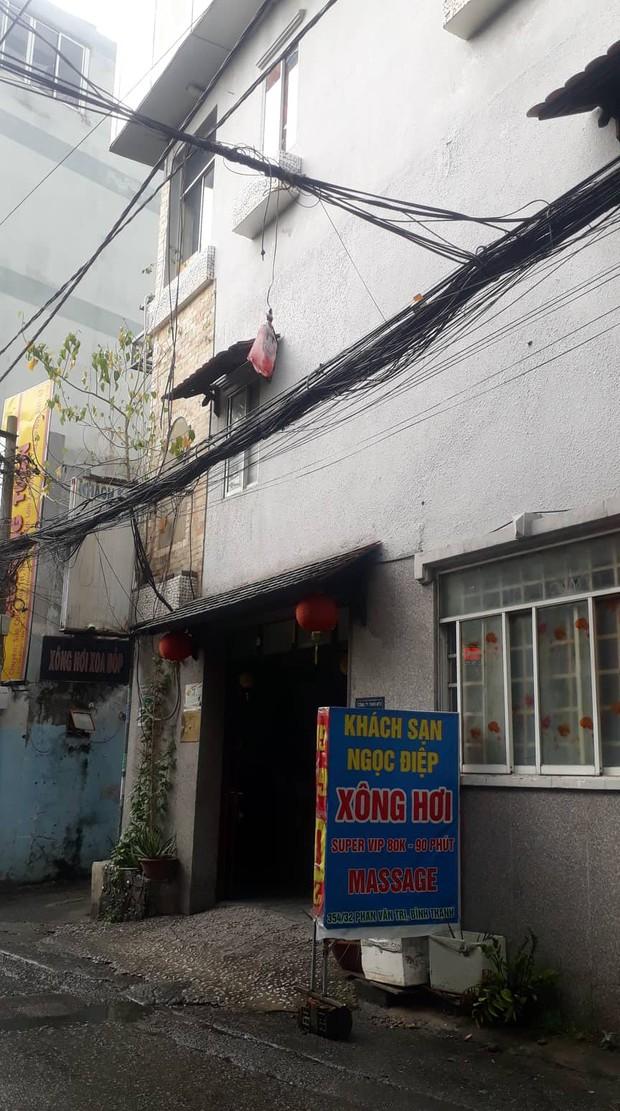 Nam thanh niên người đầy máu tử vong trong khách sạn ở Sài Gòn - Ảnh 1.