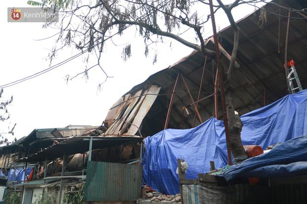 Toàn bộ nhà xưởng công ty phích nước Rạng Đông được quây kín bạt sau vụ cháy kinh hoàng - Ảnh 10.