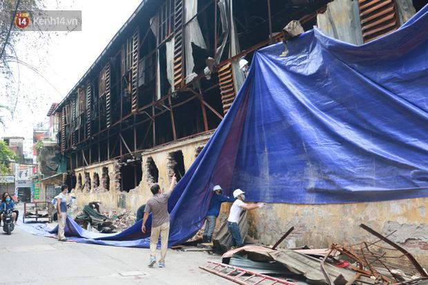 Toàn bộ nhà xưởng công ty phích nước Rạng Đông được quây kín bạt sau vụ cháy kinh hoàng - Ảnh 7.