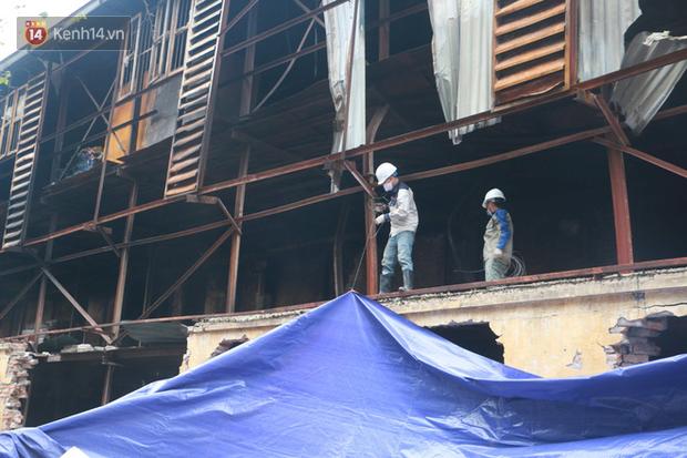 Toàn bộ nhà xưởng công ty phích nước Rạng Đông được quây kín bạt sau vụ cháy kinh hoàng - Ảnh 5.