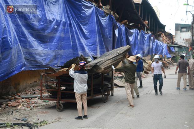 Toàn bộ nhà xưởng công ty phích nước Rạng Đông được quây kín bạt sau vụ cháy kinh hoàng - Ảnh 8.