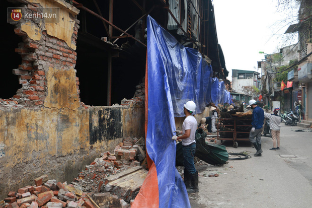 Toàn bộ nhà xưởng công ty phích nước Rạng Đông được quây kín bạt sau vụ cháy kinh hoàng - Ảnh 6.